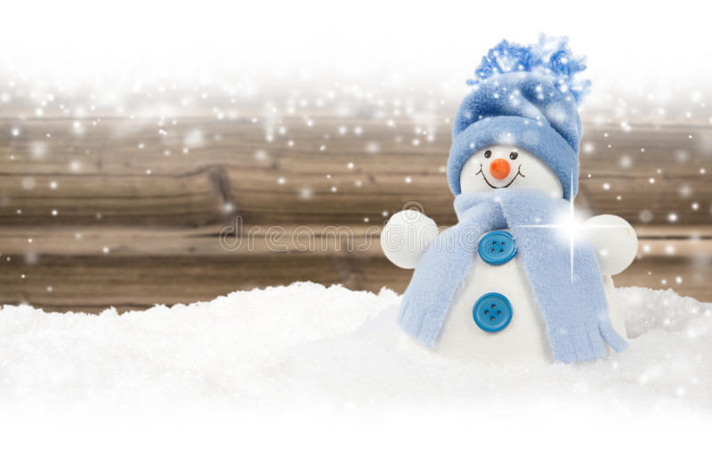 Snögubbe med snöfall royaltyfria foton