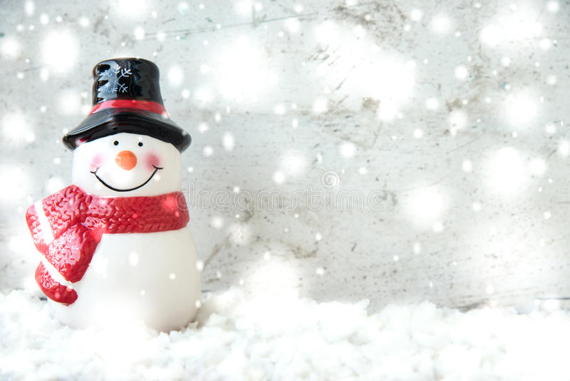 Snögubbe och snöfall arkivfoto