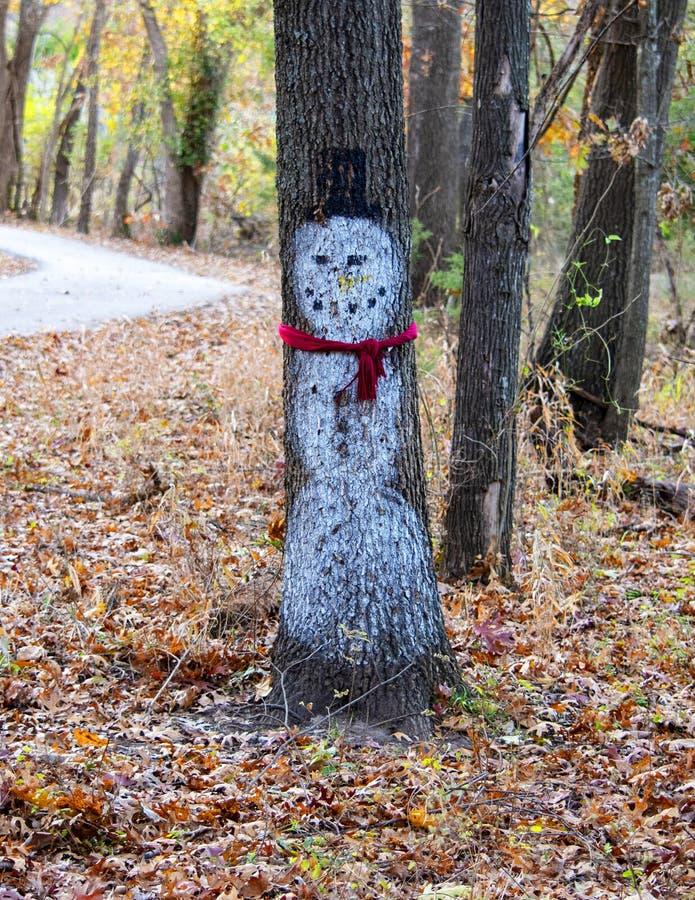 Snögubben målade på ett träd royaltyfri foto