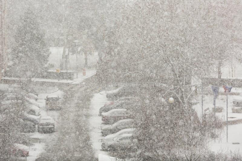 Snöhäftig snöstorm i staden royaltyfri fotografi