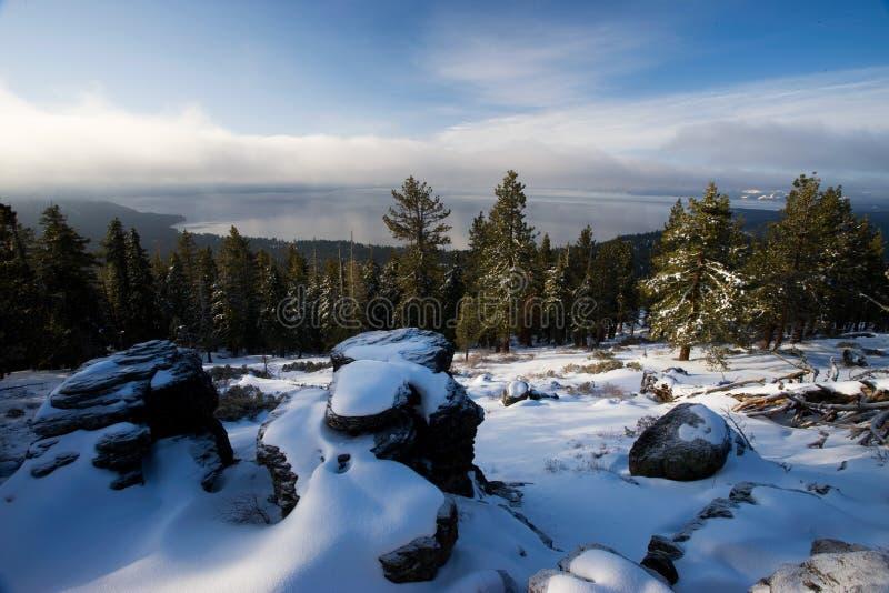 Snöig April Morning på Lakes Tahoe norr kust, Nevada/Californi royaltyfri fotografi