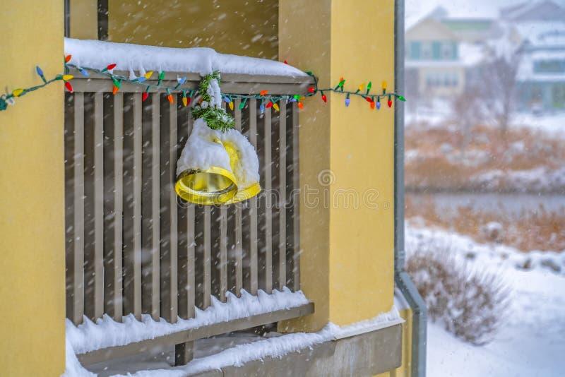 Snöig balkong med färgrika ljus och klockor royaltyfria foton