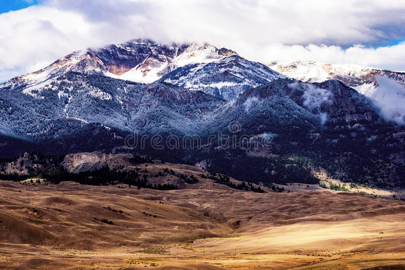 Snöig bergöverkant arkivbild