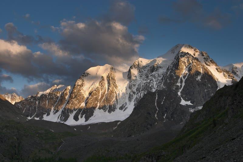 Download Snöig berg arkivfoto. Bild av upphöjt, oklarheter, crag - 505968