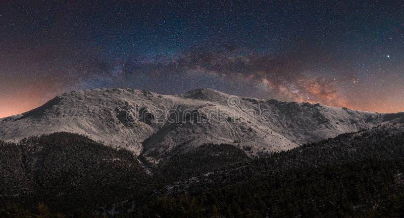 Snöig berg i natten royaltyfri fotografi