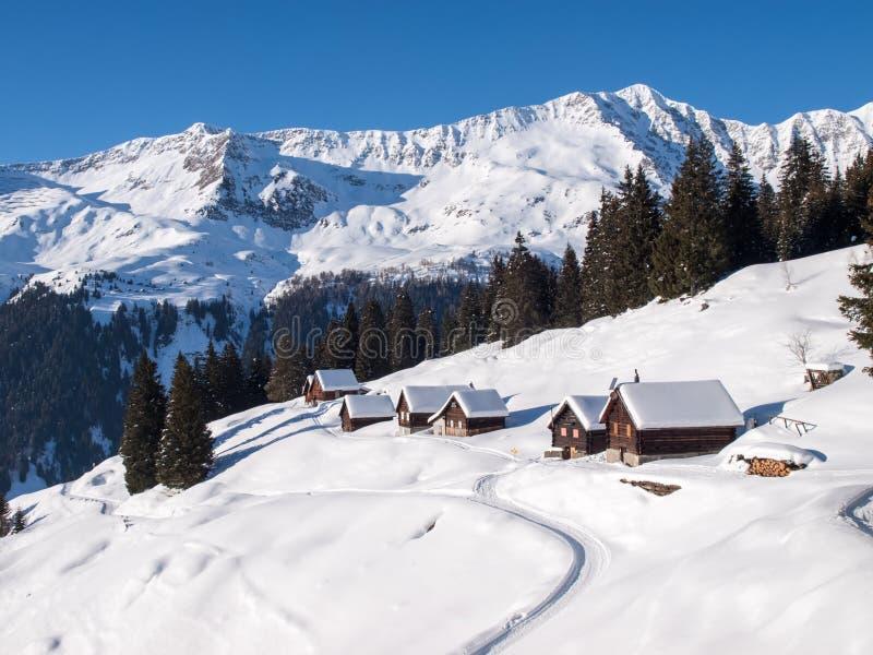 Snöig bergchalet i trä arkivbilder