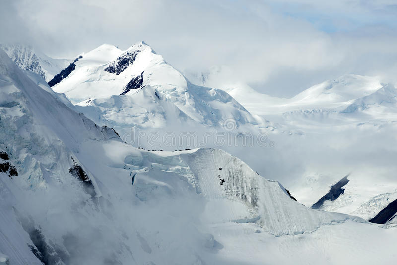 Snöig bergmaxima i den Kluane nationalparken, Yukon royaltyfri foto