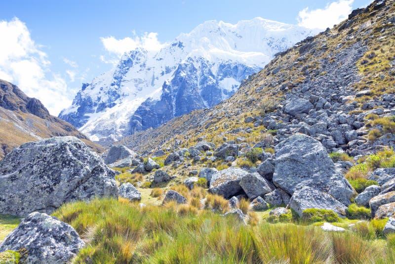 Snöig bergmaximum på incaen som fotvandrar trek royaltyfri bild
