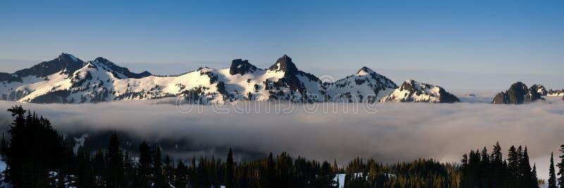 snöig bergskedja fotografering för bildbyråer