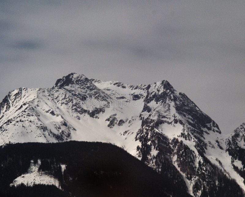 snöig bergskedja royaltyfri fotografi
