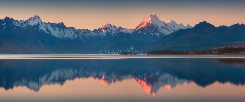 Snöig bergskedja reflekterade i lugna vattnet av sjön Pukaki, monteringskocken, den södra ön, Nya Zeeland Turkosvattnet arkivfoto