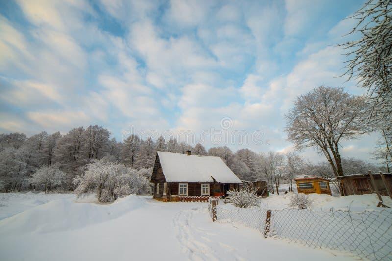 Snöig bygd av små trähus fotografering för bildbyråer