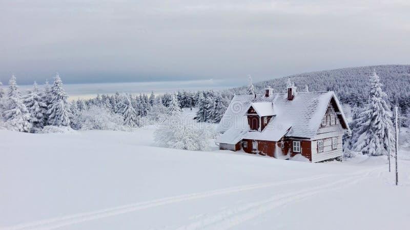 Snöig chalet fotografering för bildbyråer