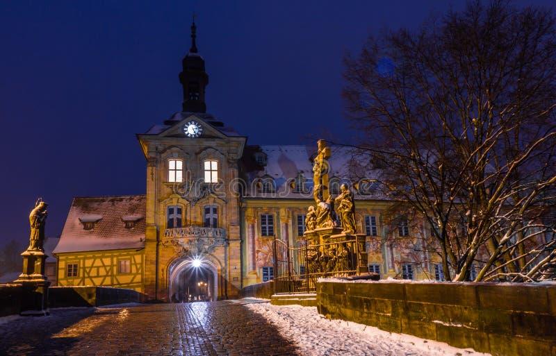 Snöig cityscape på denstad Hall Bamberg-Tyskland arkivbild