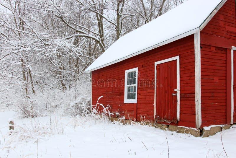 Snöig dag för härlig vinter efter häftig snöstormnaturbakgrund royaltyfria foton