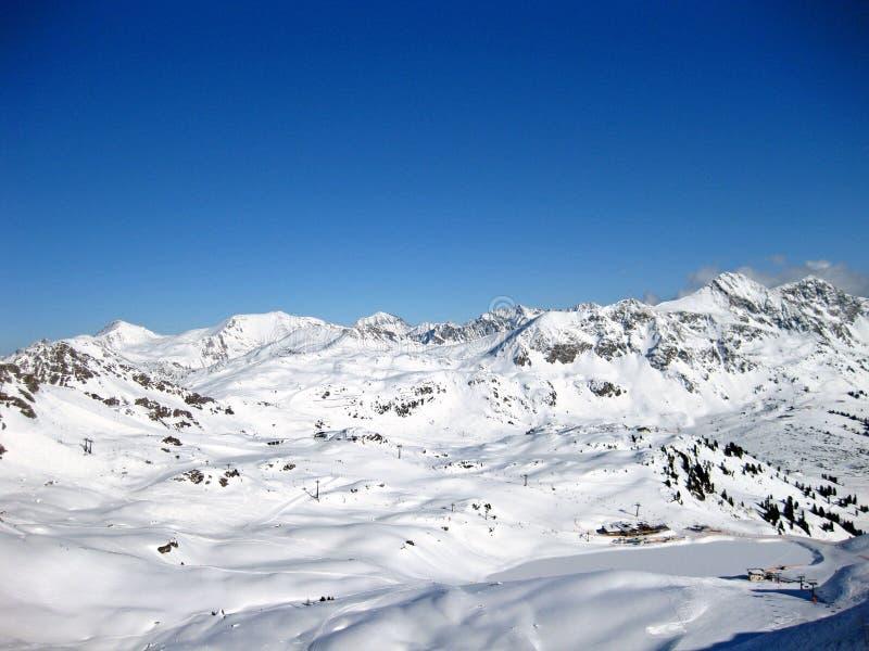 Snöig fjällängar i de schweiziska bergen på en härlig solig vinterdag royaltyfri foto