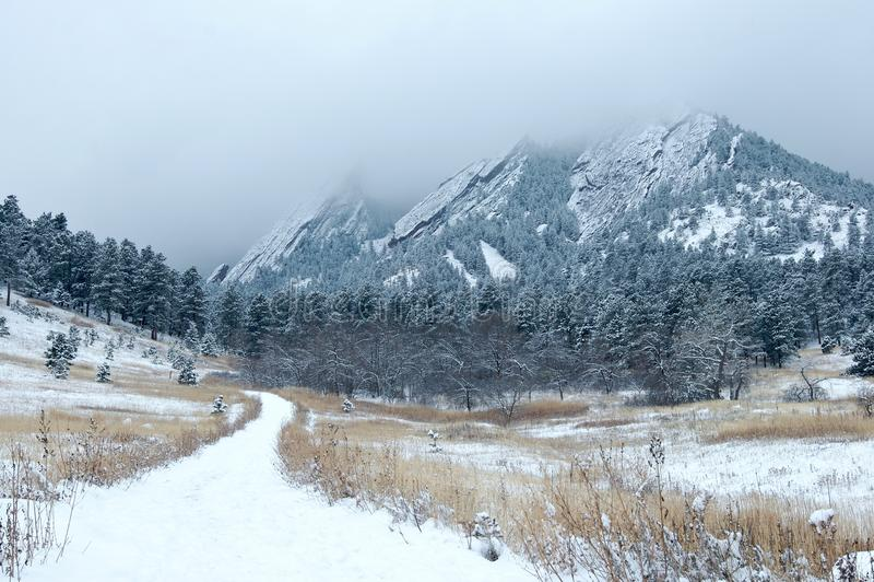 snöig flatironberg arkivfoto