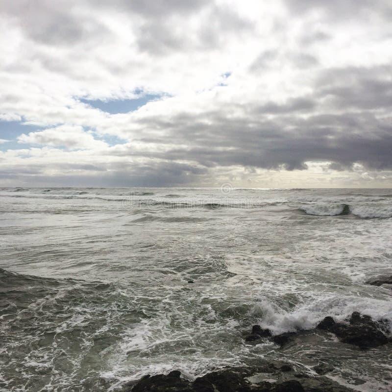 Snöig flod och hav fotografering för bildbyråer
