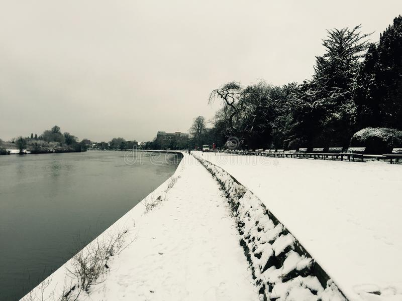 Snöig flodThemsen arkivfoton