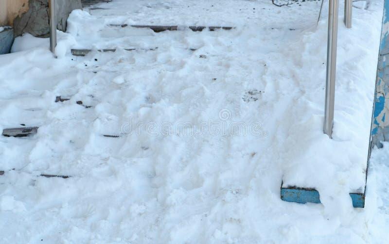 Snöig hal trappa för Closeup av farstubron i vinterdag Kameraflyttning från botten till upp royaltyfria bilder