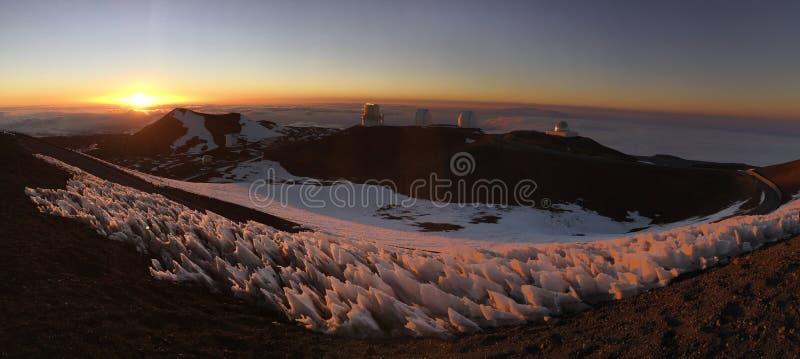 Snöig hawaiansk solnedgång ovanför molnen royaltyfria foton