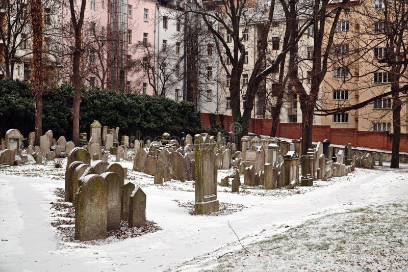 Snöig judisk kyrkogård i Prague i vinter arkivbilder