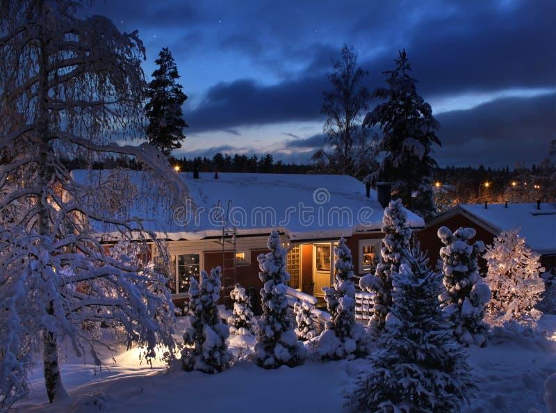 snöig julaftonhus royaltyfria foton