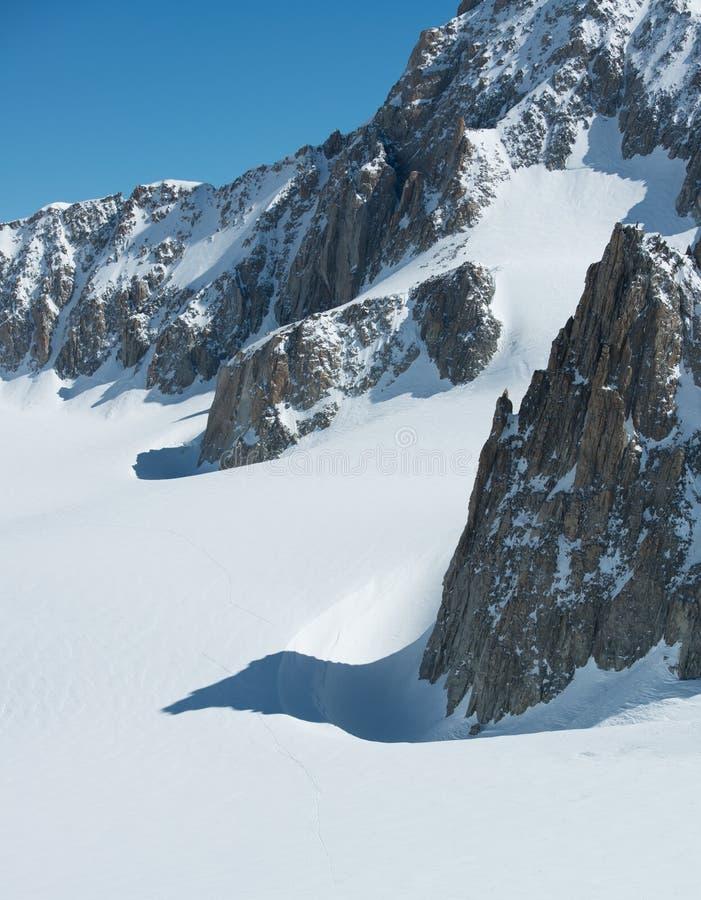Snöig landskap för högt berg med glaciärsikt Montering för Europa fjällängMont Blanc massiv Solig dag för vinter, snö som är sten royaltyfria bilder