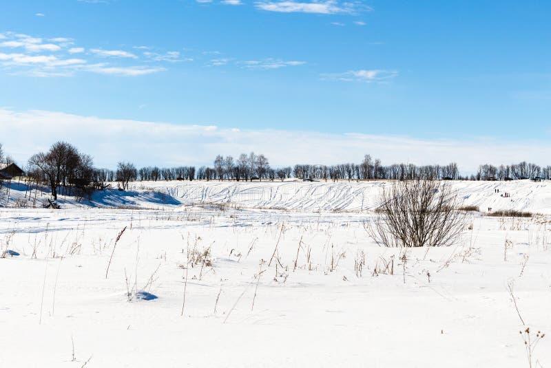 snöig landskap med den djupfrysta floden i Suzdal royaltyfria foton
