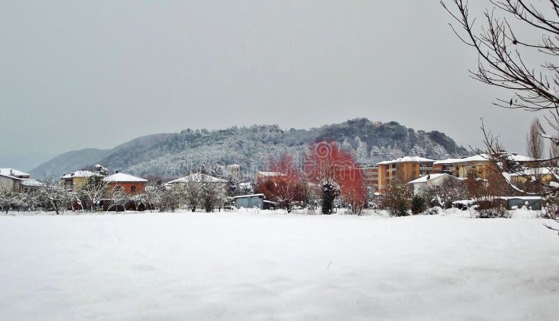 Snöig landskap med hus i stad av Rieti, Italien royaltyfria bilder