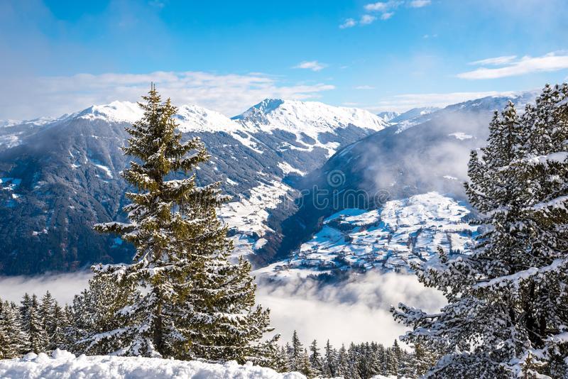 Snöig landskap - vinter skidar semesterorten i Österrike - Hochzillertal royaltyfria foton