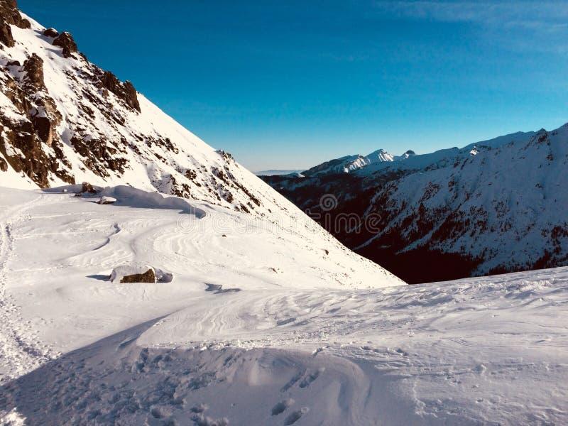 Snöig lutning av ett berg arkivbilder