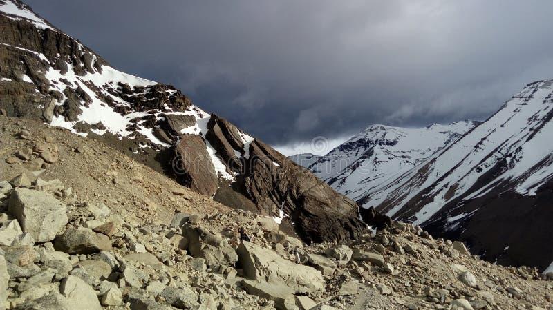 Snöig lutningar, molnigt väder arkivfoton