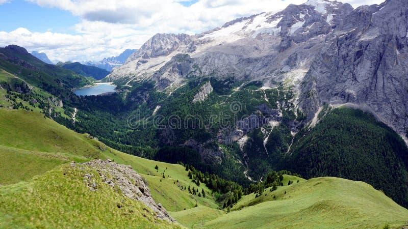 Snöig maxima av Dolomites med den lilla sjön i avståndet royaltyfria bilder