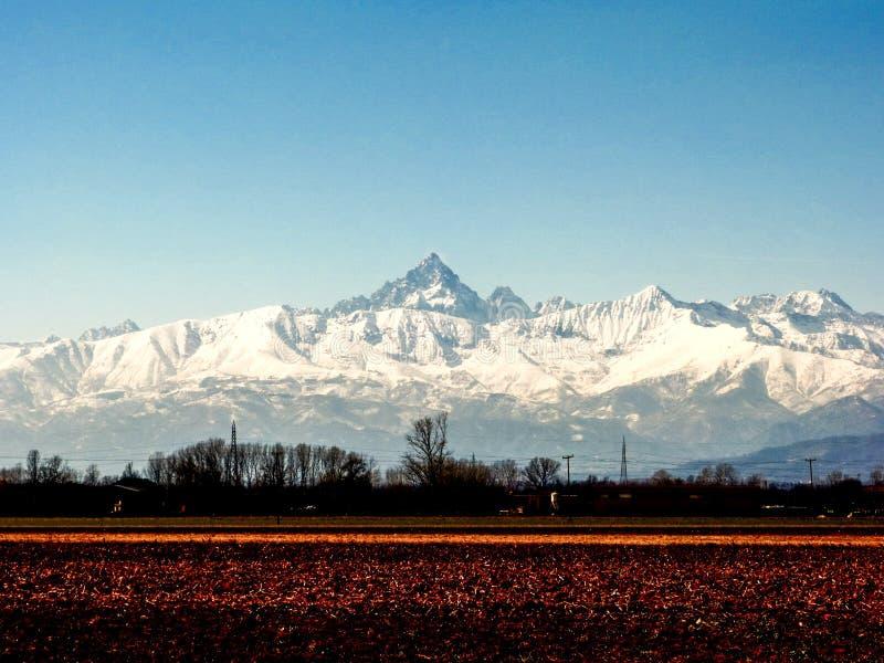 Snöig maximum av Monviso, Piedmont, Italien royaltyfria foton