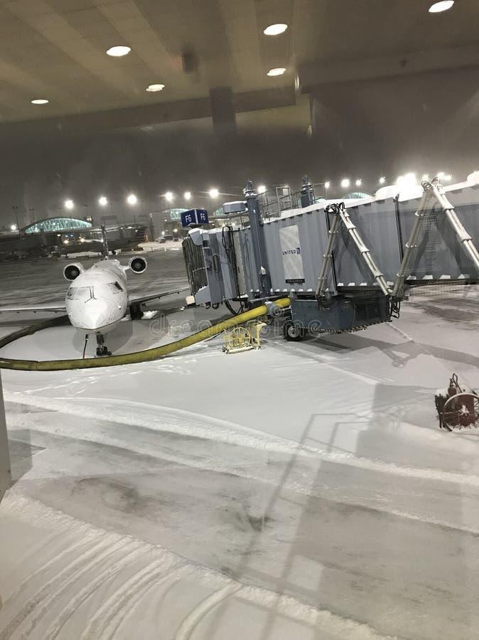 Snöig nattetidflygplats arkivfoton