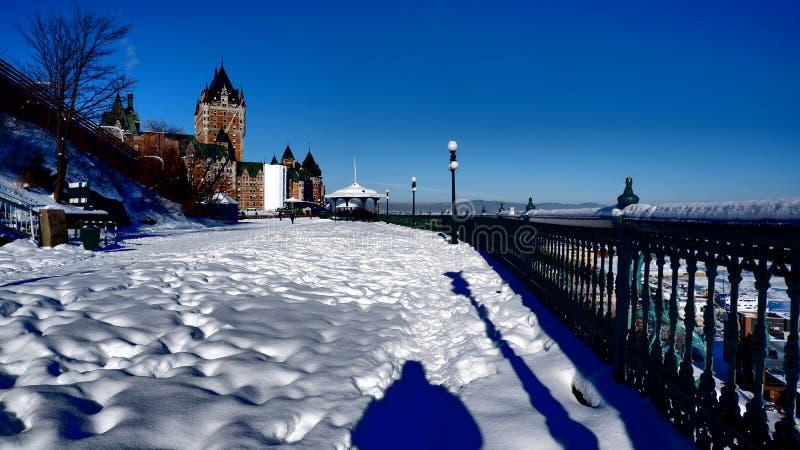 Snöig parkera med chateaufrontenacen i Quebec City royaltyfri foto