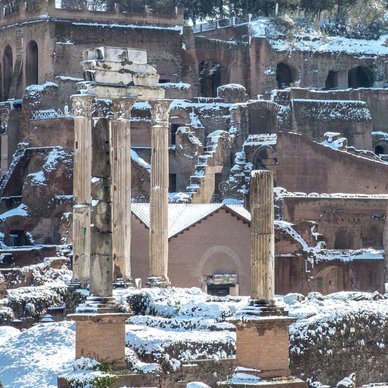 Snöig pelare av Roman Forum arkivfoto