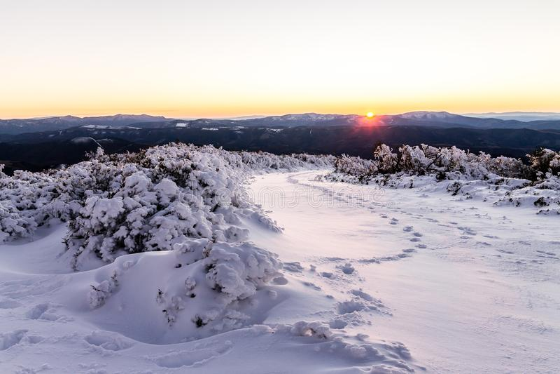 Snöig solnedgång i berget royaltyfria bilder