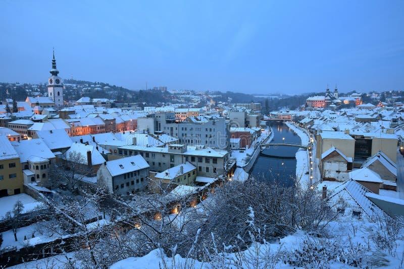 Snöig stad för morgon av Trebic fotografering för bildbyråer
