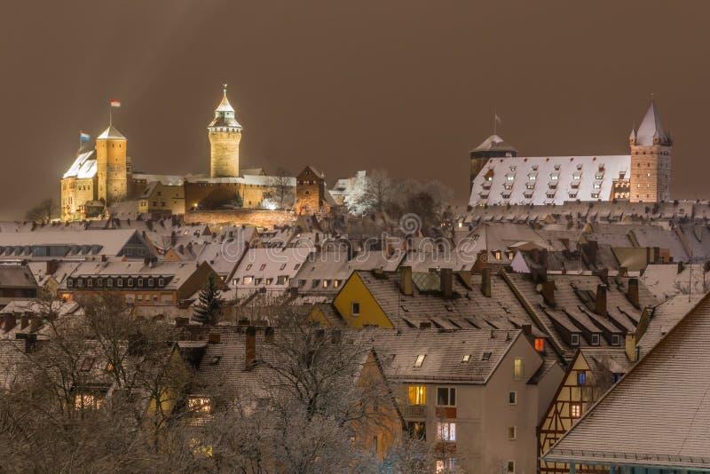 Snöig stad vid natt-Nuremberg-Tyskland royaltyfri foto