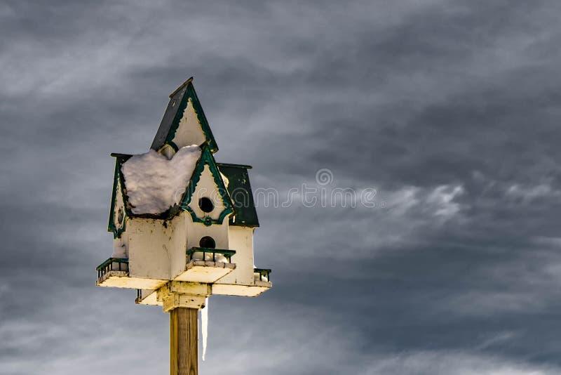 Snöig-täckt voljärslut upp med kall vinterhimmel på bakgrund royaltyfri fotografi