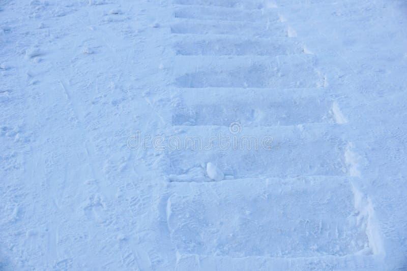 Snöig trappuppgång urholkat ut ur ett snöig berg Social psykologi royaltyfria bilder