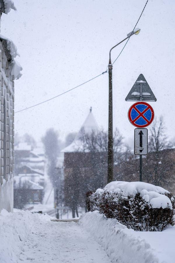 Snöig trottoar royaltyfria bilder