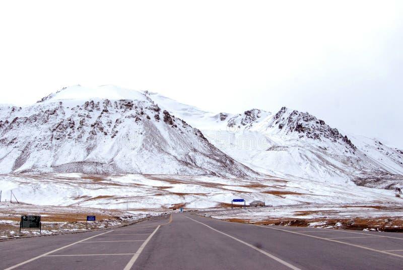 Snöig väg | Berg som täckas med snö | Vinterväg arkivbilder