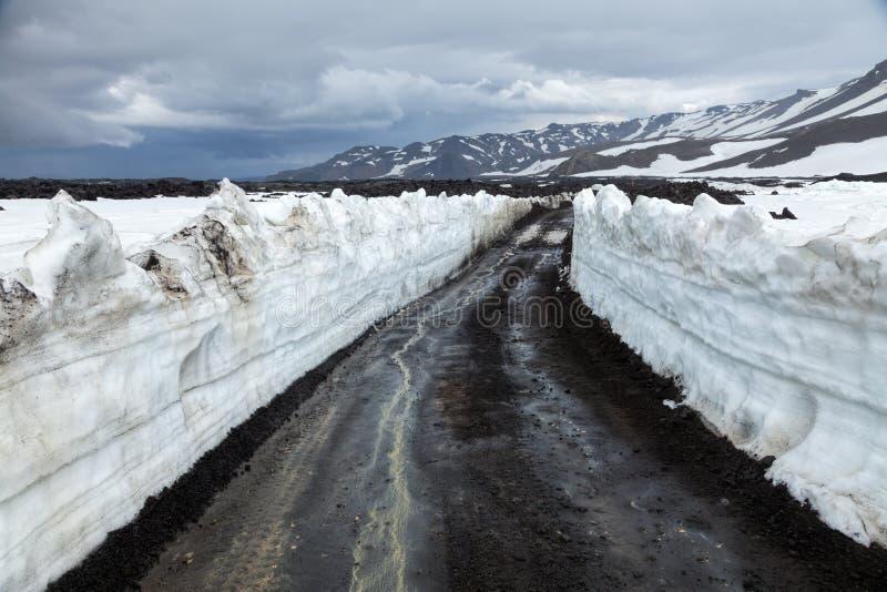 Snöig väg i Island fotografering för bildbyråer