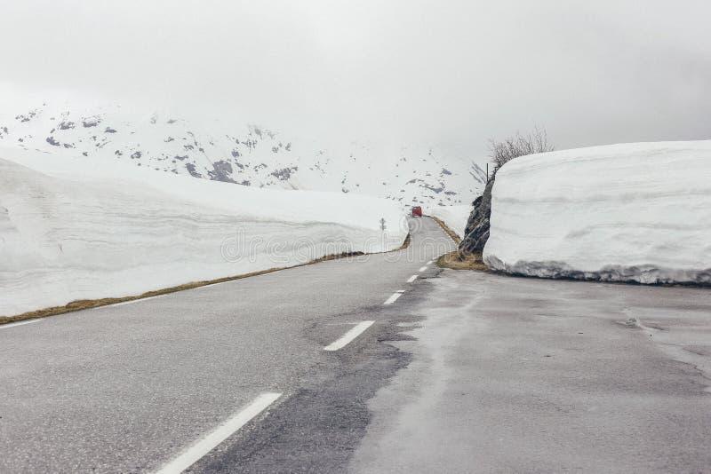 Snöig väg med is royaltyfri fotografi