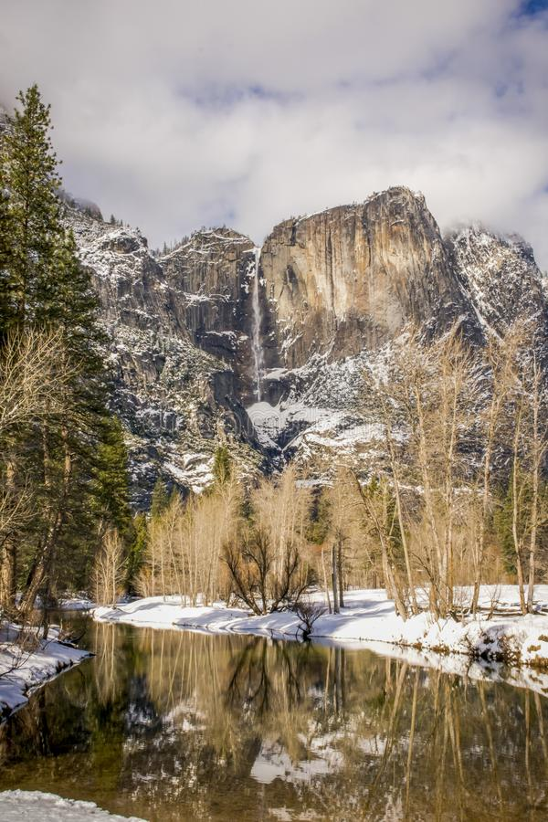 Snöig vattenfallreflexion i den Yosemite nationalparken royaltyfri bild