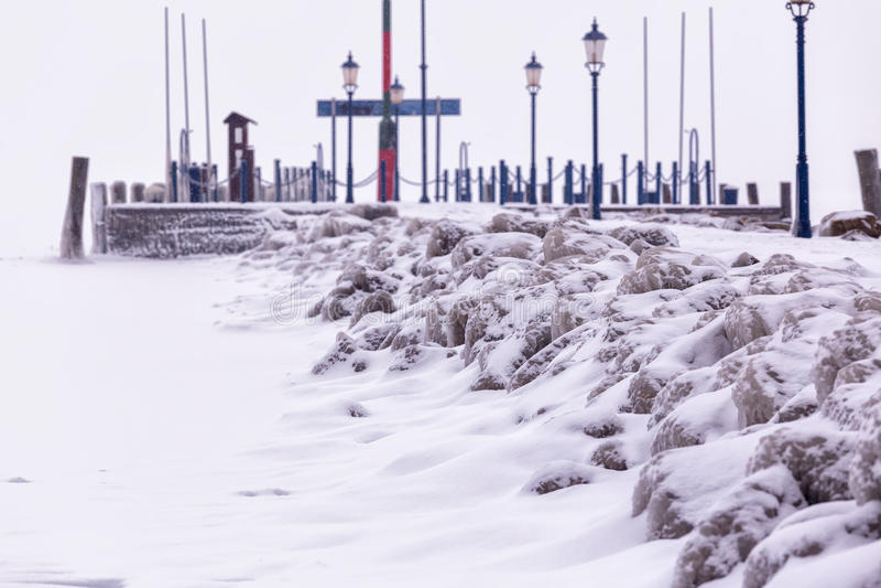Snöig vinterdag från en hamn i Ungern arkivbild