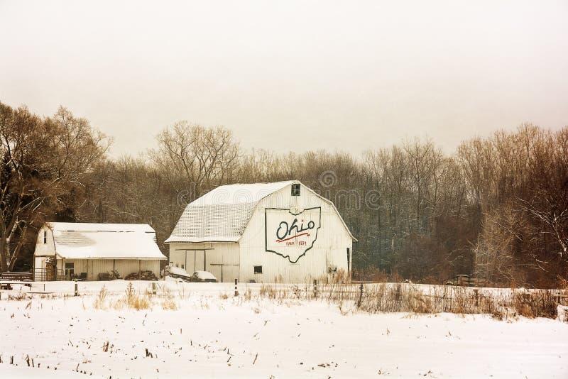 Snöig vinterladugård arkivfoto